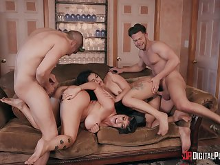 Foursome in extreme modes to please the slutty wives